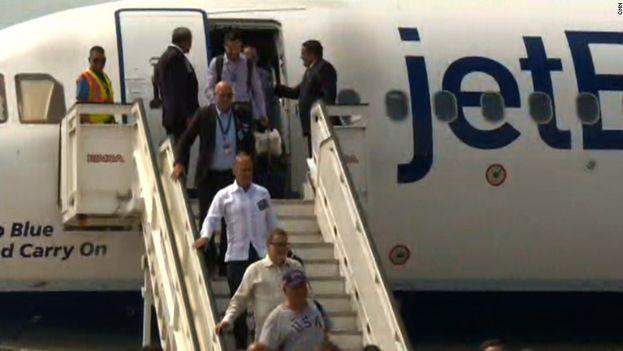 Pasajeros se bajan del avión de la compañía JetBlue, en el primer vuelo directo en décadas entre EE UU y Cuba. (CC)