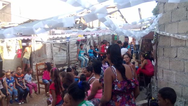 Patio de la casa en Palma Soriano donde irrumpió la policía este domingo mientras miembros de la Unpacu celebraban una fiesta infantil. (Twitter)