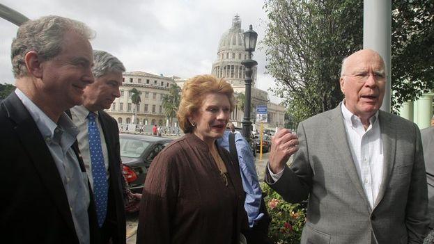 Patrick Leahy, Debbie Stabenow, Chris Van Hollen y Sheldon Whitehouse entrando en su hotel de La Habana. (EFE/Ernesto Mastrascusa)