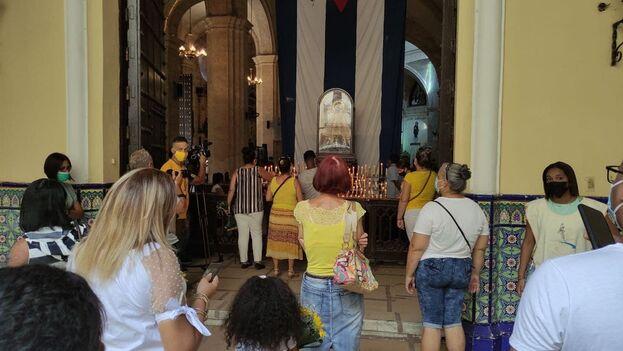 Un grupo de personas rindiendo culto a la Patrona de Cuba en la Iglesia Nuestra Señora de la Caridad en La Habana. (14ymedio)