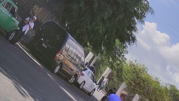 Patrullas policiales y microbuses de tropas especiales permanecen parqueados en los alrededores del centro hospitalario. (14ymedio)