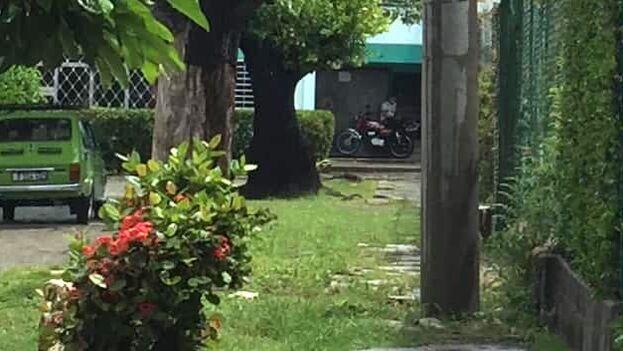 """El activista Pedro Acosta denunció: """"aquí están presentes impidiéndome salir los esbirros de la Seguridad del Estado, y de paso molestando en la entrada del edificio. (Facebook/P.A))"""