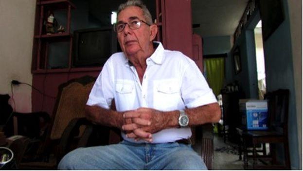 Pedro Armando Junco López, el padre de Mandy, en la sala de su casa en la ciudad de Camagüey. (Sol García Basulto/14ymedio)