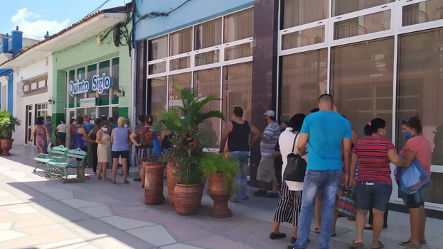 Personas en el centro de la ciudad de Sancti Spíritus haciendo una cola (14ymedio)
