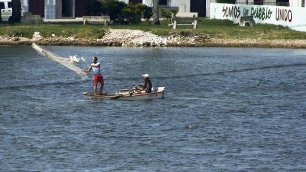 Pescadores tendiendo la red. (14ymedio)