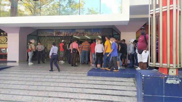 La céntrica Plaza de Carlos III, en La Habana, amaneció este lunes con acceso privilegiado para los que pagan en divisas. (14ymedio)