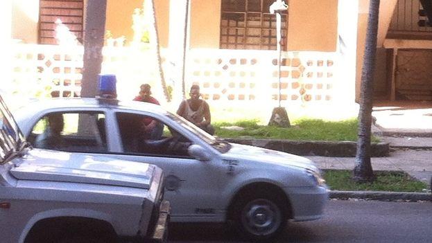 Policía arrestando a activistas en La Habana. (14ymedio)