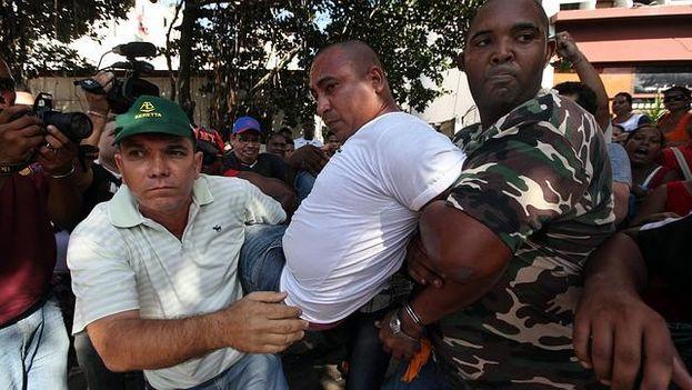La Policía cubana detiene a veinte «Damas de Blanco» que se habían reunido para celebrar el Día Internacional de los Derechos Humanos. (Archivo EFE)