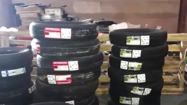 La Policía ocupó cientos de piezas de vehículos, además de efectivo y tres viviendas a un ciudadano que ofrecía servicios de venta de accesorios y reparación de autos. (Captura/YouTube)
