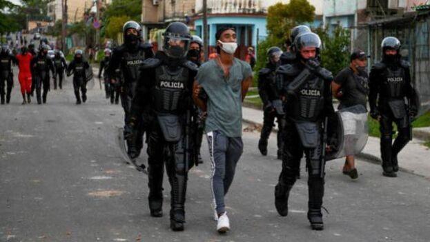 La Policía continúa con las detenciones, días después del comienzo de las protestas en más de 40 ciudades en toda la Isla. (EFE)