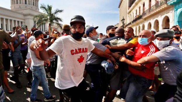 Policías arrestan el 11J a manifestantes frente al capitolio de Cuba en La Habana. (EFE)