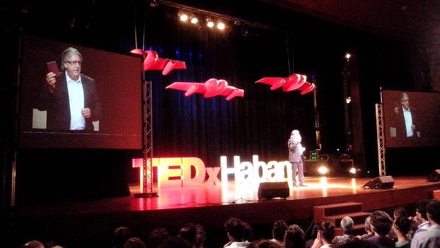 """Herman Portocarero, embajador de la Delegación de la Unión Europea en La Habana durante su charla """"Fronteras sin fronteras"""" en el TEdx Habana"""