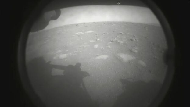 """Primera foto de Marte por Perseverance.  """"Hola, mundo. Mi primera vista a mi hogar por siempre"""" Así envió la primera imagen el rover al llegar al planeta Rojo. (NASA/Mars Perseverance)"""