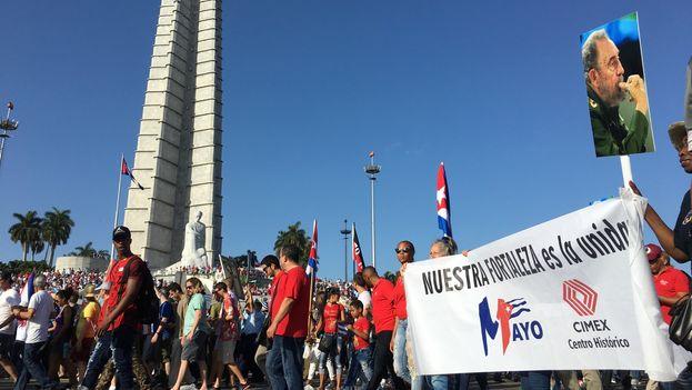 Trabajadores de la empresa estatal Cimex en el desfile del Primero de mayo, en La Habana. (14ymedio)