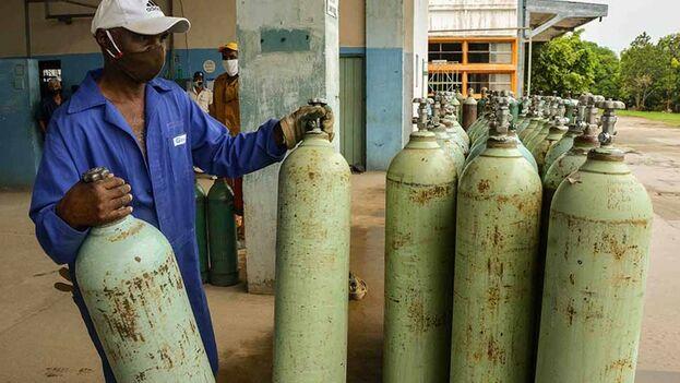 Producción de oxígeno medicinal en la empresa de Gases Industriales Santiago. (ACN)