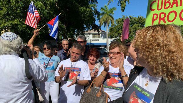 Los manifestantes se reunieron en el Cuban Memorial Park y exigieron el reinicio del Programa de Reunificaciçon Familiar. (Twitter/Mario J. Pentón/Nuevo Herald)
