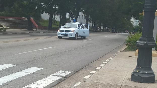 La Policía interpuso una patrulla en la avenida Central, pero tuvo que retirarse ante el avance de la muchedumbre. (14ymedio)