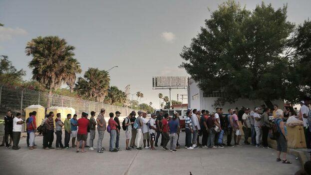 Un grupo de cubanos acampa a las afueras del Puente Internacional de Matamoros que conecta a México con Estados Unidos a la espera de un turno para pedir asilo. (José Iglesias)