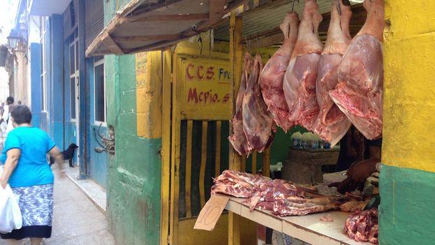 Puesto de venta de carne de cerdo en La Habana. (14ymedio)