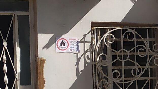 """""""Quédate en casa, por tu familia, por la nuestra por todos, viraliza"""", dice en los carteles que han distribuido las autoridades para identificar los domicilios donde se encuentran personas aisladas, sospechosas de tener covid o contactos de casos positivos. (14ymedio)"""