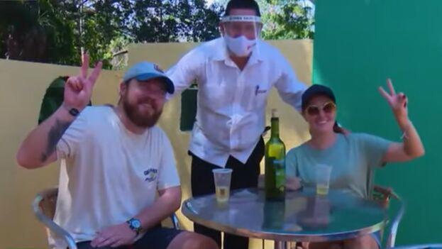 En las imágenes que mostró RT se ve a los turistas degustando tragos en un bar sin mascarilla. (Captura)