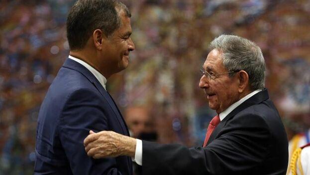 El expresidente Rafael Correa y el general Raúl Castro en una imagen de archivo. (EFE)
