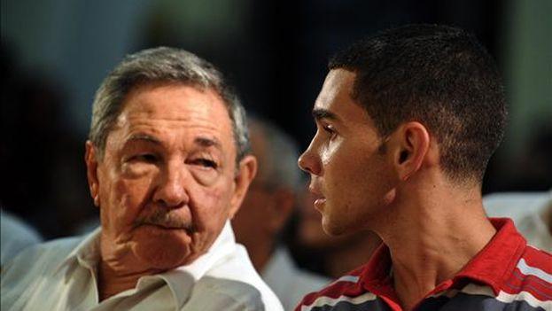 El gobernante cubano Raúl Castro y Elián González. (EFE)