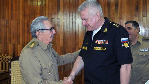 """Durante el encuentro, el general Raúl Castro y el almirante Yevmenov constataron el """"excelente estado de las relaciones. (Granma)"""