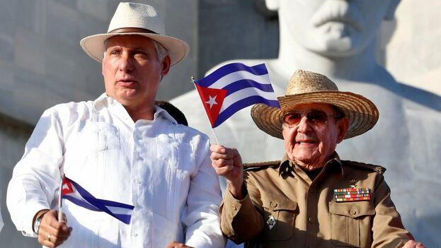 Raúl Castro, vestido de uniforme militar, saludó a los participantes de la marcha desde la tribuna pero no hizo ninguna alocución pública. (EFE)
