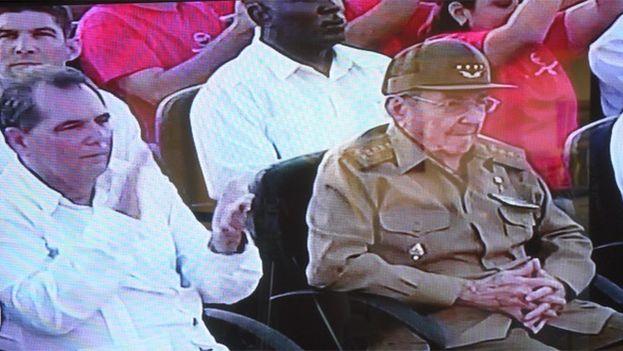 Raúl Castro, que no intervino en el acto, permaneció en la primera fila del público y abandonó el lugar recién concluida la ceremonia. (Captura)