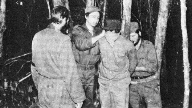 Raúl Castro vendándole los ojos a un prisionero durante una ejecución.(latinamericanstudies.org)