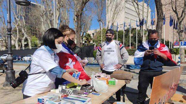 Recogida de firmas para la petición en Change.org ante la Oficina del Parlamento Europeo en Madrid, España. (Cortesía)