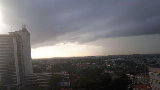 A las ocho de la mañana y desde la Redacción de nuestro diario, La Habana se veía nublada, con algunos chubascos pero todavía sin vientos fuertes. (14ymedio)