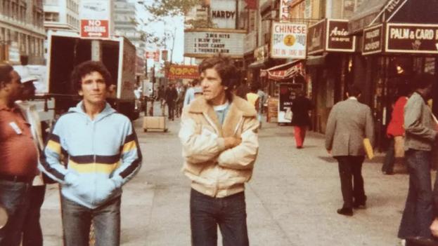 Reinaldo Arenas, con chaqueta azul, y Juan Abreu, paseando por las calles de Nueva York. (Archivo personal de Juan Abreu)