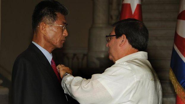 El ministro de Relaciones Exteriores de la Isla, Bruno Rodríguez, fue el encargado de condecorar a Pak. (@PrensaLatina_cu)