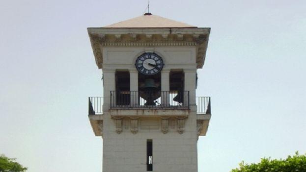 Reloj en la 5ta avenida de La Habana.