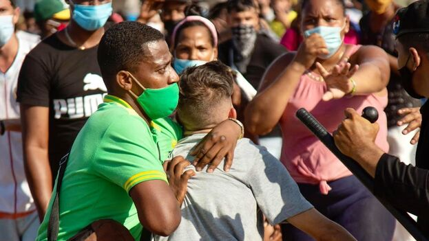 Represión de la policía política a manifestantes de las protestas del 11 de julio de 2021 en La Habana. (Marcos Evora)