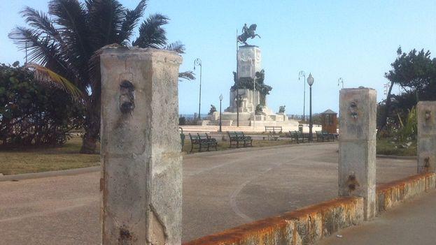 Retirada de la anterior verja del Parque Maceo. (Luz Escobar/14ymedio)
