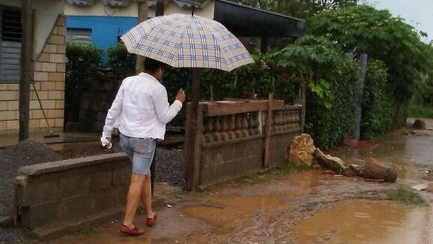 Retomar la rutina de cada día está siendo complicado en un poblado con zonas todavía bastante mojadas. (14ymedio)
