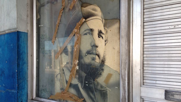 Retrato de Fidel Castro con cristal roto. (Luz Escobar)
