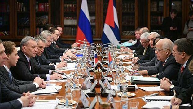 El vicepresidente cubano, Ricardo Cabrisas, durante una reunión con el gobierno ruso. Archivo. (Embajada de Cuba en Rusia)