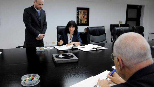 Ricardo Cabrisas, y la embajadora de Suiza en La Habana, Krauer Müller, rubricaron el acuerdo. (@EmbaCuba_Suiza)