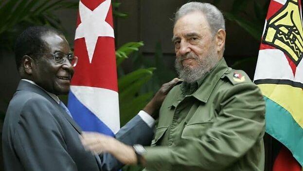 Robert Mugabe junto a Fidel Castro. (Archivo)