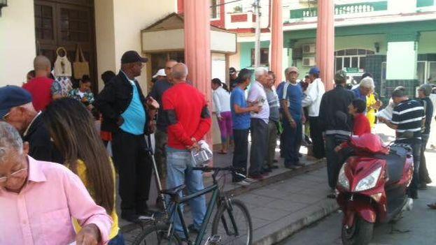 """En la peña del parque Roberto Amaran, en la ciudad de Pinar del Río, este lunes había mucha alegría por los """"gourrielitos"""". (14ymedio)"""