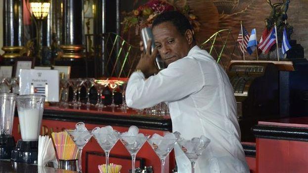 """Pedro Juan Rodríguez, prepara una bebida durante la competencia de cantineros """"El Rey Daiquirí"""", en el Restaurante Bar """"Floridita"""" de La Habana. (EFE)"""
