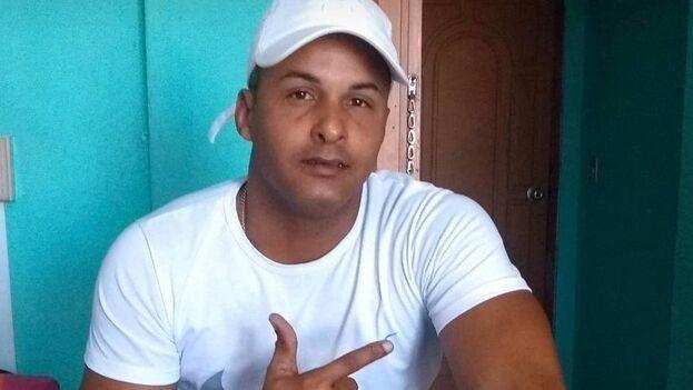 A Sadiel González lo sacaron de su casa esposado la noche de este lunes y aún su familia desconoce la situación legal en la que se encuentra. (Facebook)