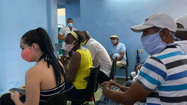 Sala de espera de un consultorio de Nuevo Vedado, La Habana, donde se aplica el candidato vacunal Abdala. (14ymedio)