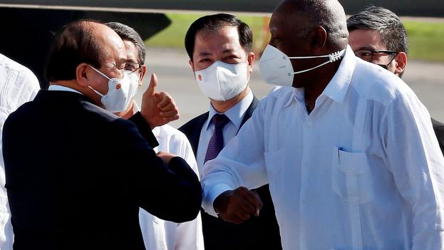 El presidente de Vietnam, Nguyen Xuan Phuc, saluda al vicepresidente Salvador Valdés Mesa a su llegada al Aeropuerto Internacional José Martí, en La Habana. (EFE/Ernesto Mastrascusa)