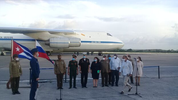 Salvador Valdés Mesa y el ministro de las Fuerzas Armadas Revolucionarias, Álvaro López Miera, estuvieron presentes en la escenificación de la entrega. (Ministerio de Comercio)