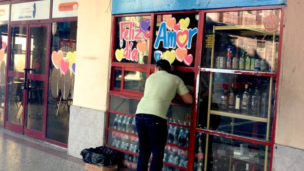 Un hombre compra bebidas alcohólicas este 14 de febrero en un céntrico comercio de la calle Infanta en La Habana. (14ymedio)